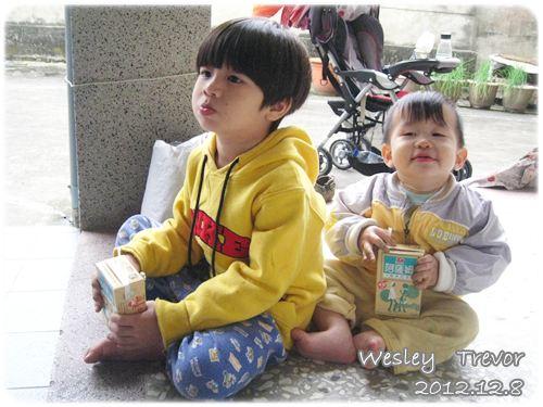 121208-兩個剛從田裡回來的孩子幸福地喝著阿祖賞的奶茶 (2)