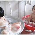 121208-鄉下孩子的澡盆,一大一小剛剛好 (1)