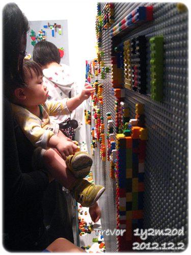 121202-姑姑抱小人給予拚樂高的機會