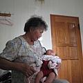 081104-外曾祖母滿足的搶抱小小人