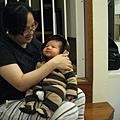 091109-在喬安媽懷抱中的小小人
