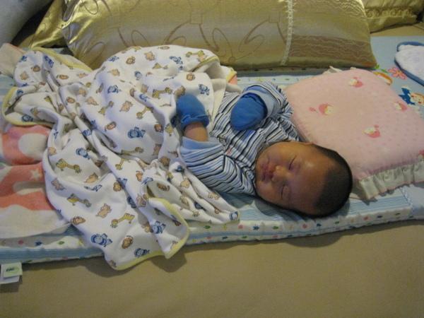 081125-小小人睡姿開始不安份了