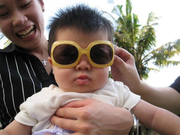 090318-墨鏡是諧星必備的物品