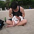 090319-小饅頭初次体會沙灘的觸感
