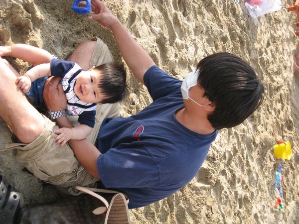 090425-爸比好幼稚,拿人家的玩具玩沙子