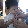 090612-認真使用吸管的小饅頭