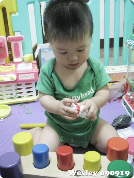 090919-專心把玩妮妮家的玩具