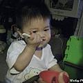 091005-饅頭開始自己學吃飯.JPG