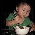 091027-饅頭自己吃飯.JPG