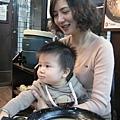 091105-饅頭和乾媽吃飯..JPG