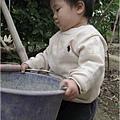 091114-饅頭扛飼料桶餵雞.JPG