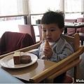 091206-饅頭在公牛隊享受美食.JPG