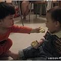 100209-小兄弟兩相互餵食.JPG