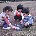 100103-三個小人兒要相親相愛喔.JPG