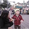 100117-饅頭好奇看著街頭藝人的表演.JPG