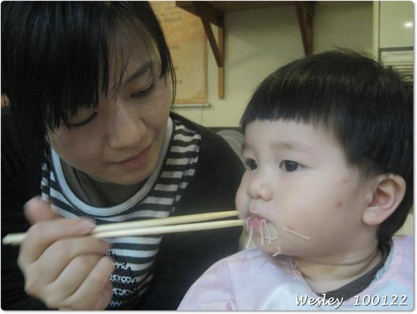 狗姨餵饅頭吃麵線.JPG