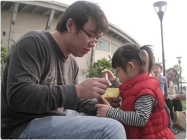 100220-父女同享一杯冰淇淋.jpg