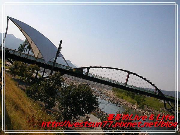 小河上的橋