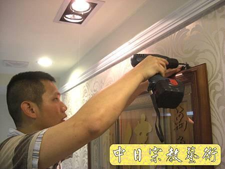 居家佛堂神明廳設計裝潢(背牆有貼壁紙之神聯佛聯神明彩聯對參考)N5822E.jpg