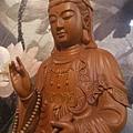 L2013.梢楠木觀音(卍字衣袖).JPG