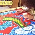 C5521.宮廟龍壁設計製作 四爪青龍 紅底雲層版.JPG