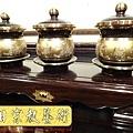 F4401.高級神桌銅器~雙色雙龍杯 黑檀鋸花片供水桌.JPG