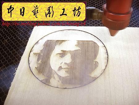 I4614.雷射雕刻切割設計製作~特製臉像雕刻 PUB客製化杯墊.JPG