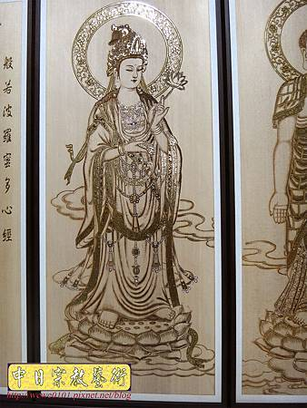 A7906.西方三聖木雕佛桌背景 心經木雕 佛堂神桌聯對.JPG