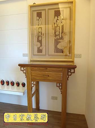 N25301.小公寓的佛堂公媽桌設計 二尺九柚木神桌 佛道禪心經文木雕聯 日式小佛燈.JPG