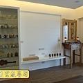 N25310.小公寓的佛堂公媽桌設計 二尺九柚木神桌 佛道禪心經文木雕聯 日式小佛燈.JPG