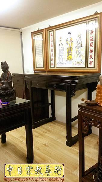 N31609.佛桌與祖先桌分開樣式 4尺2黑檀桌搭1尺58公媽桌 西方三聖佛畫.jpg