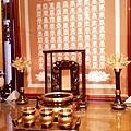 E12902二尺九彎角神桌搭配百壽祖聯銅製水晶蓮花燈.jpg