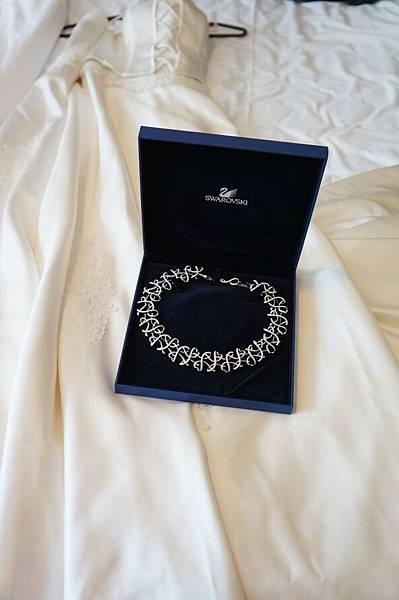 DSC00377 -- Day 2 -- 婚紗跟項鍊來張照片吧.JPG