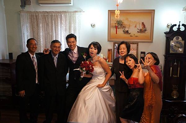 DSC00416 -- Day 2 -- 很敢的一家人, 新娘子一整個入戲.JPG