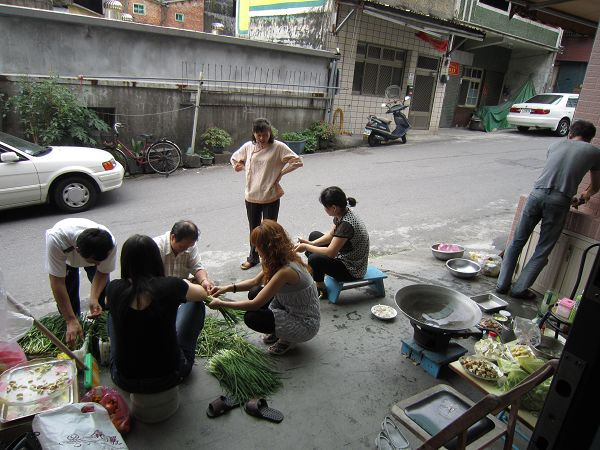 02 - 為晚餐努力整理菜的大家.jpg