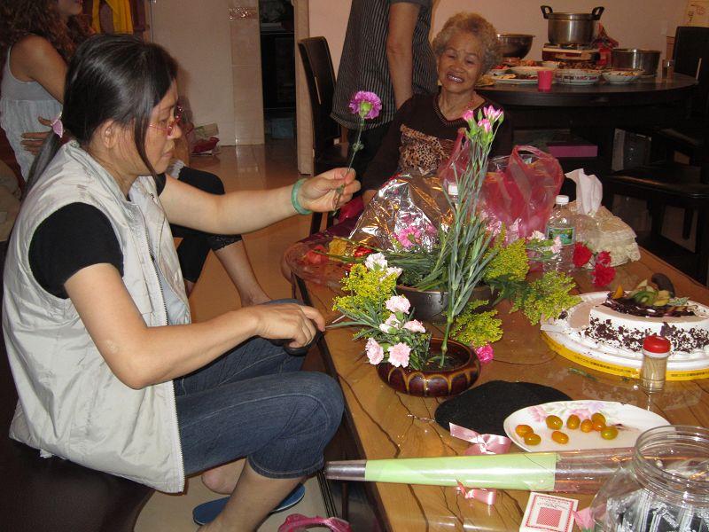 09 - 專心插花的小姨 vs 笑到不行的阿嬤.jpg