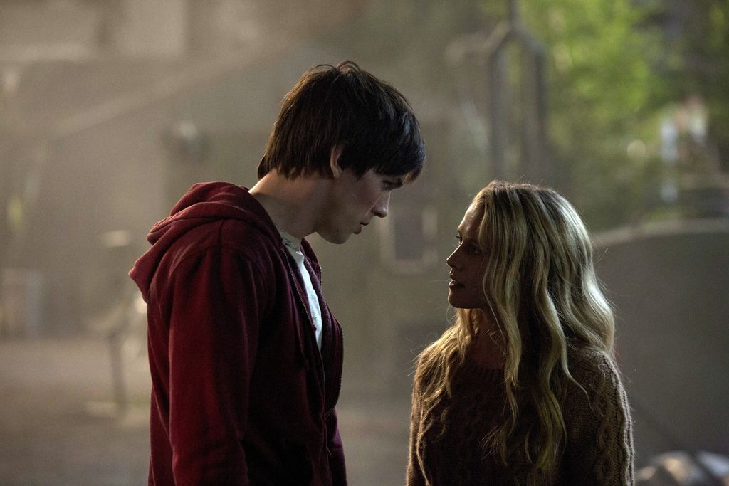 Nicholas-Hoult-and-Teresa-Palmer-in-Warm-Bodies-