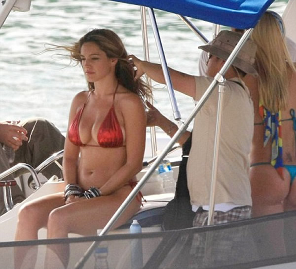 gallery_enlarged-kelly-brook-bikini-movie-09