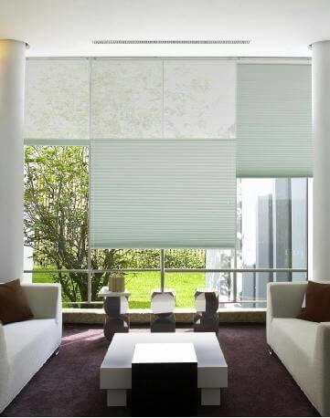 今日介紹的窗簾種類為蜂巢簾(風琴簾),使用自由度高為他的特色,可隨當時需求把蜂巢簾調整到需要的位置,亦可搭配不透光與透光布料,因其造型設計,也具有相當的溫度調節能力,本例