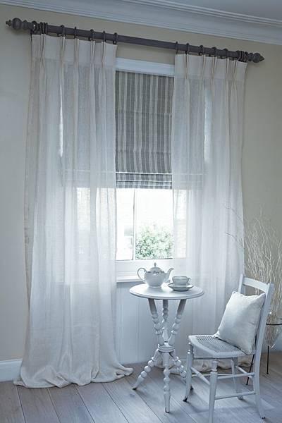 《華之逸窗簾》窗簾推薦 白色與條紋羅馬連做搭配