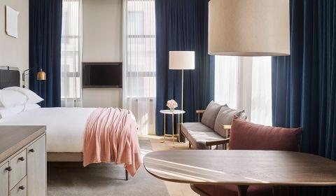 深藍色窗簾