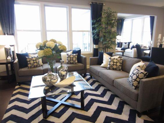 藍色窗簾與地毯做呼應