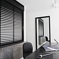 辦公室黑色木頭百葉.jpg