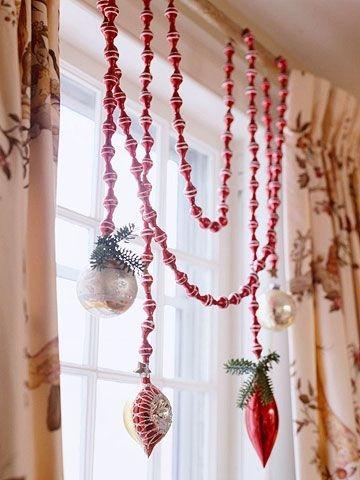 窗簾桿上布置聖誕裝飾品