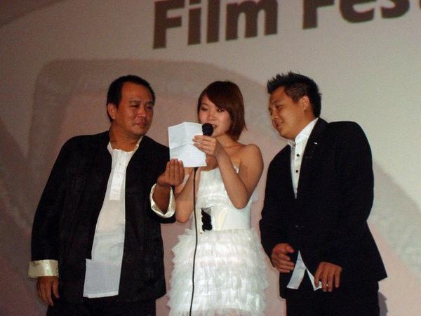 《當愛來的時候》全球首映上李亦捷秀4分鐘韓語自我介紹瞬間轟動全場