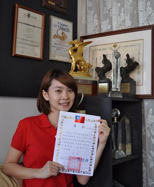 《當愛來的時候》女主角李亦捷回母校受獎順便搶回22萬學費.jpg
