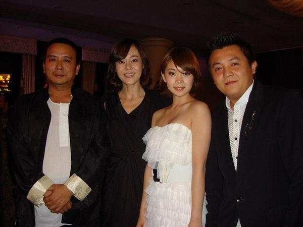 金允珍 (左二) 向《當愛來的時候》導演張作驥道賀合影