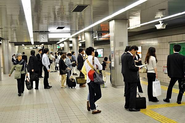 是個上班日,每個日本男生幾乎都是一樣的裝扮啊~
