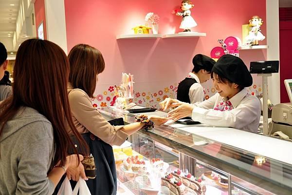 後來去胡亂逛一下之後,我們就到阪神百貨地下街,解散之後,開始各自尋找自己的晚餐, 然後帶回飯店一起開飯。 離開之前,也要買個甜點....(是不是!笑起來就很可愛啊!)
