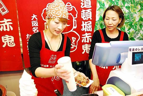 老闆娘跟老闆娘女兒的樣子...老闆娘女兒一直跟我們說中文,很親切哩~